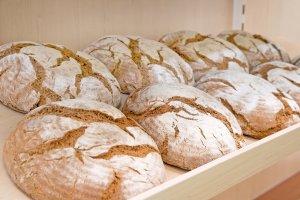 Mehrere Runde Brotlaibe im Regal